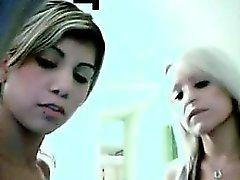 Lésbicas adolescentes que comem a came do bichano