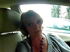 Зрелые женой дает хорошая сосать человека на автомобиль