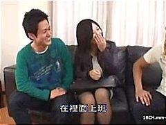 2 scener av asiatiska censurerad porr : Leksaker , vibes , ett par knulla och en trekant