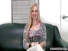 Sexy blonde babe gaat gek