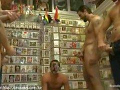 Guy imee Dicks hänen kollegansa myymälässä