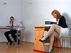 Estudante impertinente sendo punido por professor