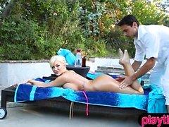 Peituda MILF troféu esposa fodida por sua jovem massagista