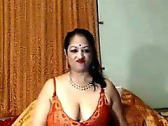 Smutsa indisk Mormor visar upp