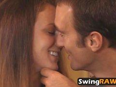 Swinger novia está atada y lista para el mejor sexo nunca