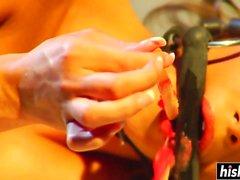 Brunette chick s'amuse avec une bite