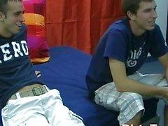 Geil Homosexuell Twink verlor den Arsch das erste Mal gebohrten
