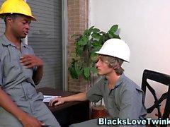 Twink cums на черных парнях