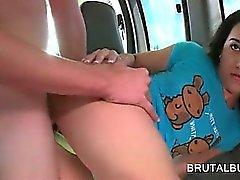 Adolescentes pinto faminto da menina fodida com força e profundamente no barramento