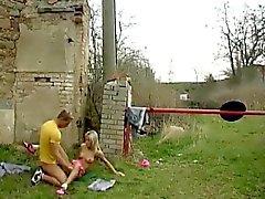 Blonde teen Erdöl tits Josje boinking ihren Liebhaber im Freien