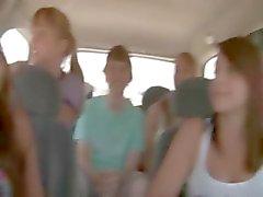verbazingwekkend jong meisje zuigen lul in de auto