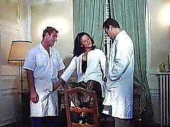 Fröjd Karins German sjuksköterska knullas av två läkare