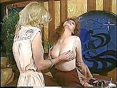 Jacqueline Larians baştan ve daha sonra bir sıcak kız martubates ve onu kedi yalamak