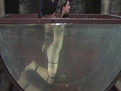 Bobbi Starr con los ojos vendados agita y se retuerce para mantenerse por encima del agua