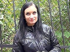 Eurobabe Rosalinda näytössä vilkkuu häntä valtavat tissit