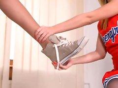 Cheerleaderin Luressa - Lesbo Jalka Fetish pukuhuoneessa
