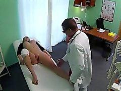 Rubia de la rodilla herida jodida por médico en el hospital falso