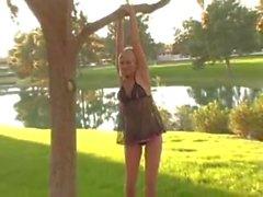 Alison enkeli taulutelevisioliiketoiminnan girl ekshibitionisti julkiseen puistoon