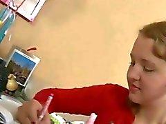 Tiener krijgt pik in plaats van dildo