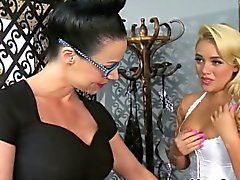Лесбо милашка Алексис Monroe преобладают MILF