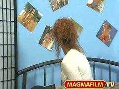 Strassenflirts: MILF mit lockigem Haar ins Bett gelockt