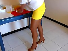 Hausfrau in Strumpfhose und Heels Mules