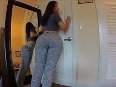Un adolescente ci mostra il suo culo enorme e qualcosa di più !!