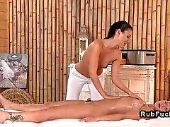 Branco brunette massagista dedos pela loirinha