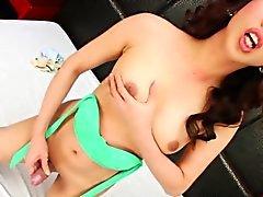 Geile Ladyboy masturbiert