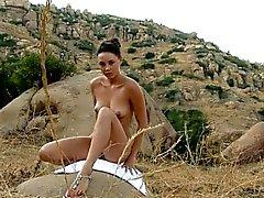 Abenteuerliche Kelly die Pussy fingern in einem Wanderwegs