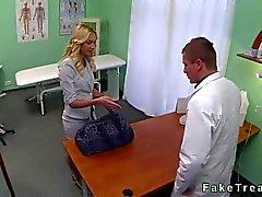 Chaude représentant de ventes blondine faire baiser par un médecin dans son bureau