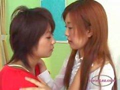 2 meninas asiáticas beijando-se apaixonadamente Mamando Tongues na cama