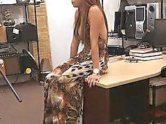 Latin Chick pawns ihre Muschi und hämmerte von geilen Pfandkerl