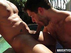 Латинский гей на открытом воздухе с лица