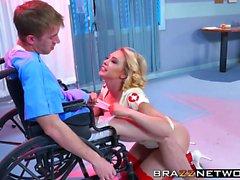 Super enfermera Kagney Linn Karter cura a su paciente Danny D