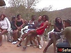 Africano prostitutas chupar dicks e fuck em orgia apaixonada