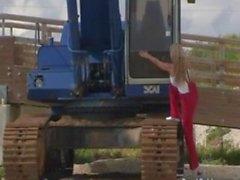 Большой грудью Кэрол Goldnerova позирует со рытье машину