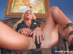 Blonde Hottie di Brooke richiede due code per essere soddisfatta