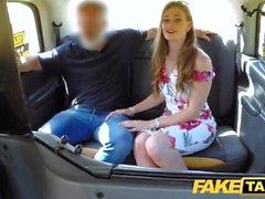 Fake Taxi Utbildning av nya kvinnliga taxichauffören i baksätet trekant