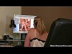 Mamãe observa pornografia online e precisa sair
