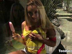 TEENGONZO Lucy Tyler chupar polla y pelotas antes de follar