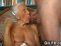 De la abuela traviesa Giving una mamada en casa