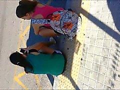 suo succo dietro gli adolescenti nella fermata del bus