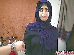 Arab tjej throathed och körd bollar djupt