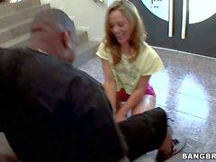 Rund assed weiße Puppe Kristina Rose ißt Großes schwarzes Detektiv