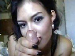Una ragazza sexy fa una sega