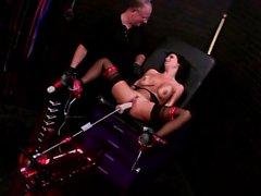 Veronica Avluv disfruta de una nueva máquina sexual