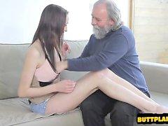 Seksi bir ev kadını oral seks