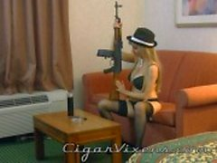 Angelina röker en cigarr