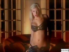 Bibi Jones se divertindo com a Dildo